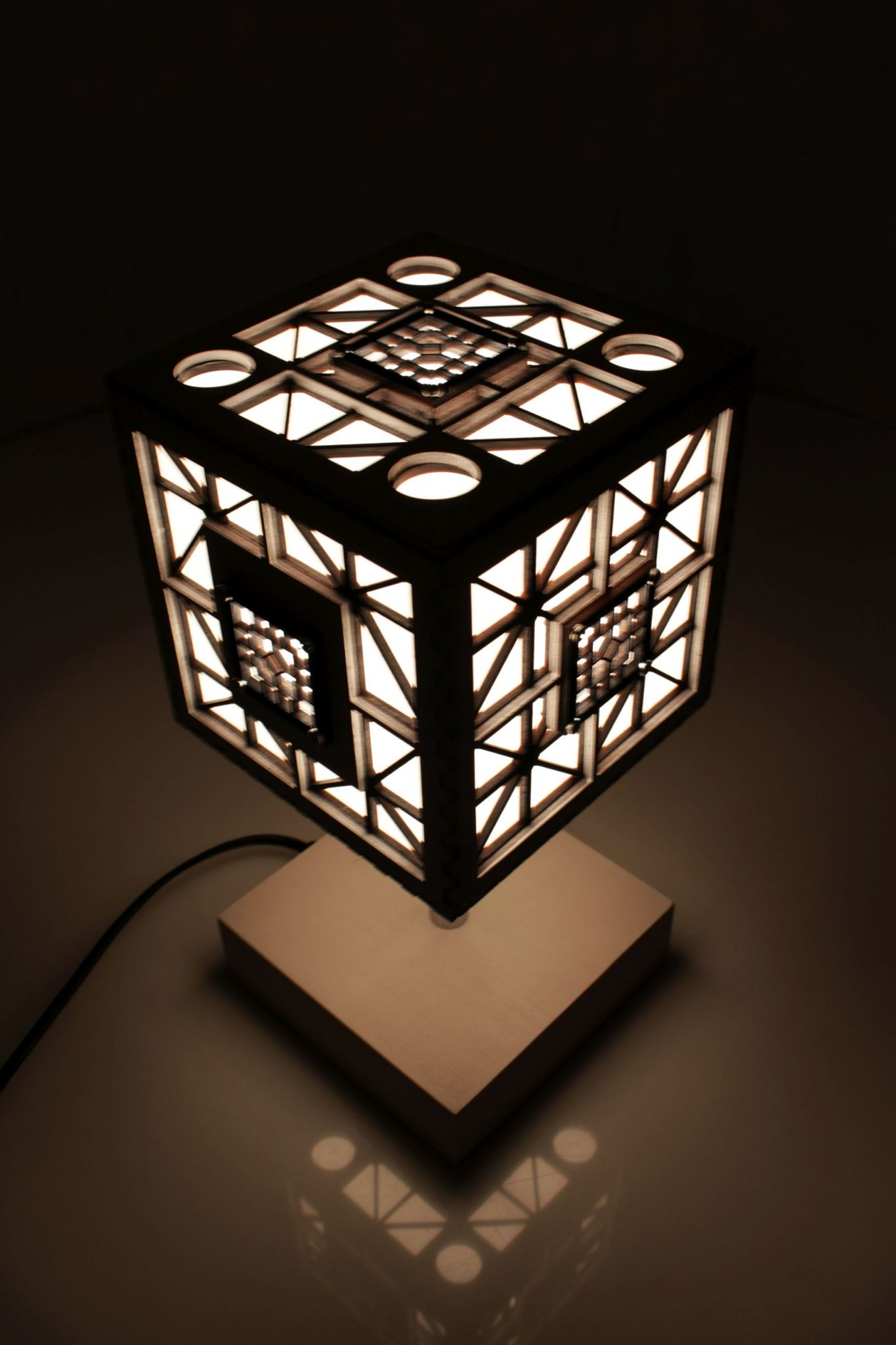 WOODEN LAMP TABLE - CUBE • Indigovento